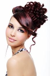 El pelo de colores siempre dará un toque informal al peinado tradicional