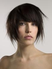 El flequillo está de moda: inclúyelo en cualquier peinado
