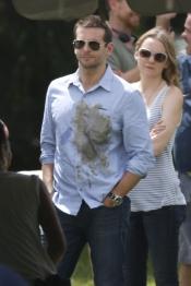 El actor Bradley Cooper con una gran mancha en la camisa