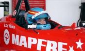 La piloto María de Villota sobre su coche de Fórmula 1, su pasión