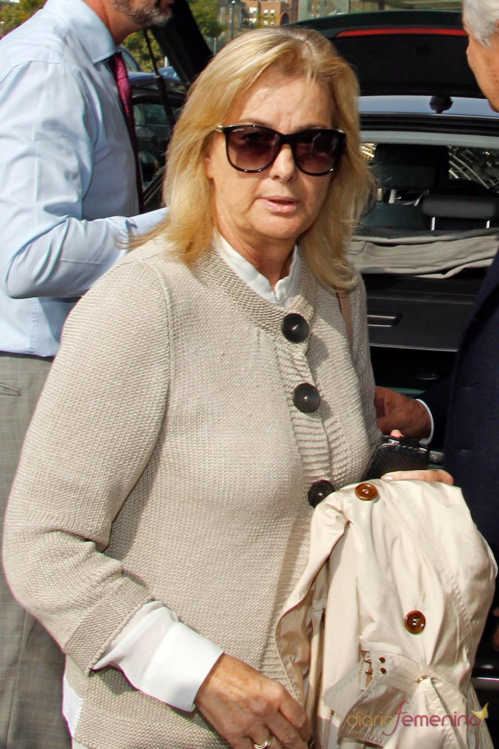 Isabel Comba, madre de María de Villota en el tanatorio de Sevilla