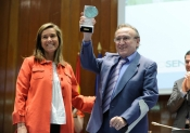 Manolo Escobar con la ministra de Sanidad, Ana Mato, recibiendo un premio