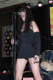 Beatriz Rico lo da todo, incluida su ropa interior, en sus actuaciones