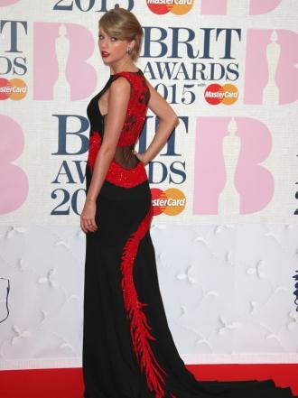 Brit awards 2015 janelle monae terciopelo negro for Alfombra terciopelo
