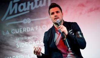 Leiva entrega a Dani Martín un premio a su éxito en ventas