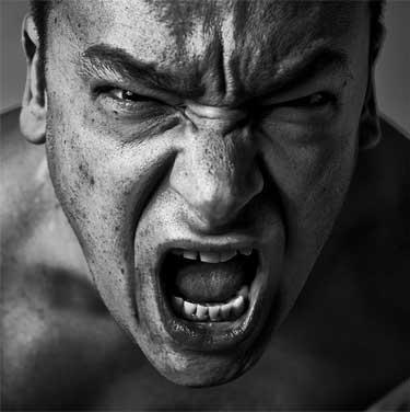 un hombre agresivo y violento