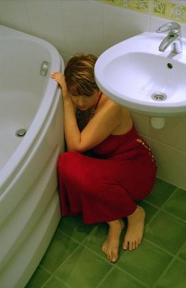 Mujer asustada de violencia doméstica