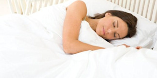 Mujer sola en la cama