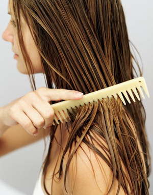 Mujer con el pelo quebradizo