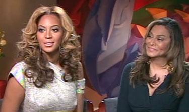 La cantante Beyoncé y su madre Tina Knowlesmas en el Beyonce Cosmetology Center
