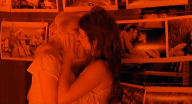 Beso de Penélope Cruz y Scarlett Johansson