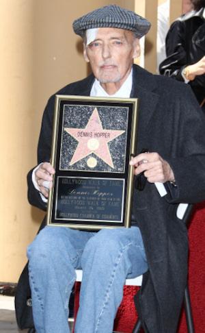 Dennis Hopper, enfermo de cáncer, recoge su estrella del paseo de la fama
