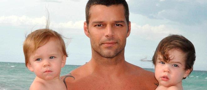 Ricky Martin posa desnudo con sus hijos