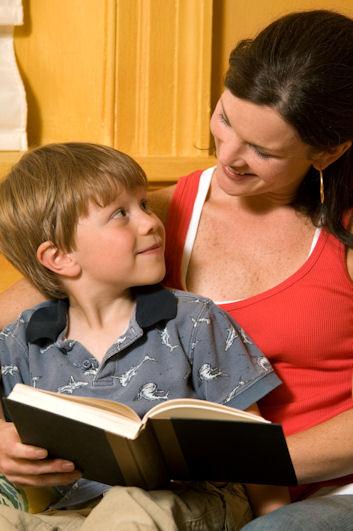 Niño leyendo con su madre