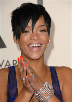 Rihanna con uñas grandes y pintadas con esmalte fluorescente