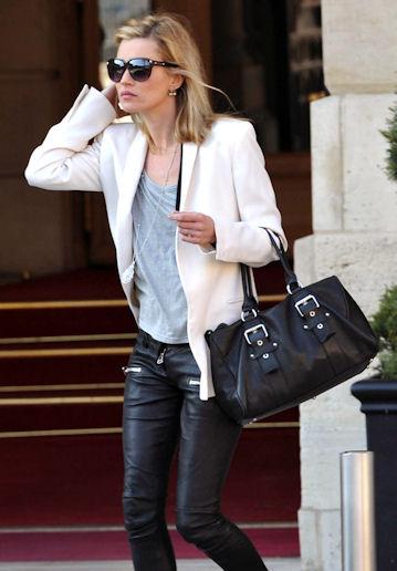 Kate moss leva un bolso de longchamp
