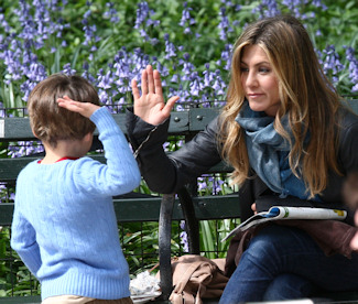 Jennifer Aniston con un niño