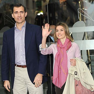 Los Principes de Asturias Felipe y Letizia en la visita al Rey Juan Carlos