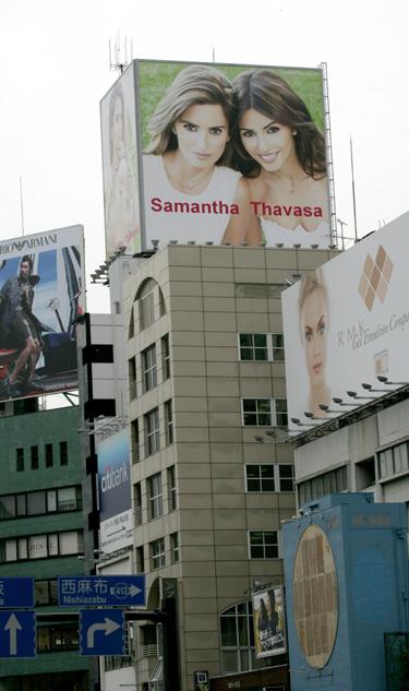Penélope y Mónica Cruz con Samantha Thavasa en Japón
