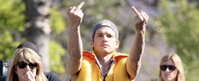 Ashton kutcher saluda maleducado