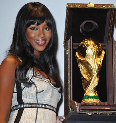Naomi Campbell fue la madrina el acto de despedida de la Copa del Mundial 2010