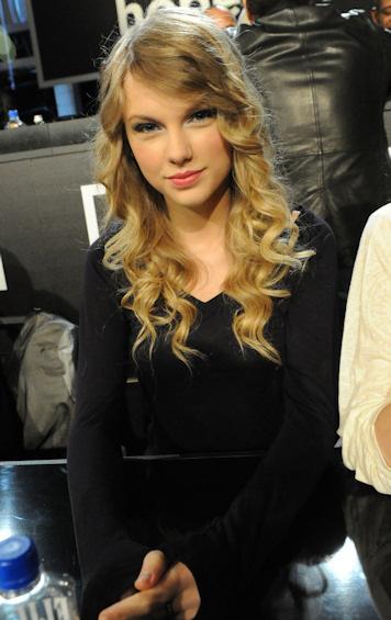 Taylor swift pasara trece horas con sus fans
