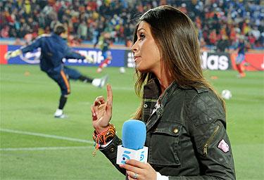 Sara Carbonero junto a Iker Casillas en un partido del Mundial 2010