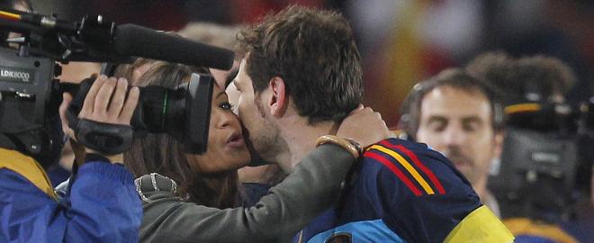 Sara Carbonero e iker casillas se besan tras el partido españa paraguay