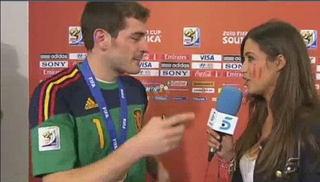 Entrevista y beso de Sara Carbonero e Iker Casillas tras la final del Mundial