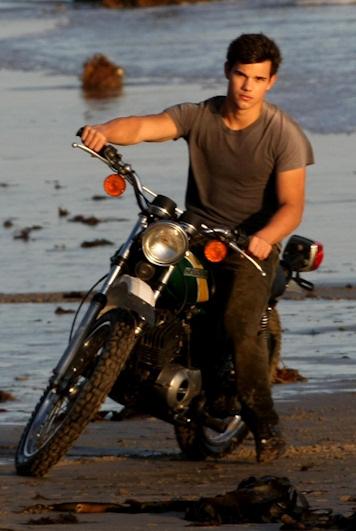 Taylor lautner en moto