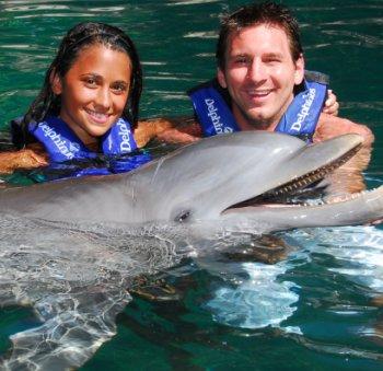 Messi y su novia nadan entre delfines