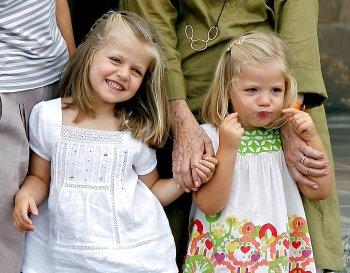 Las infantas Leonor y Sofía visitan el Museo del Vidrio