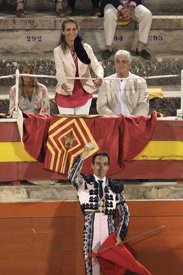 La Infanta Elena en los toros en Mallorca entre protestas y aplausos