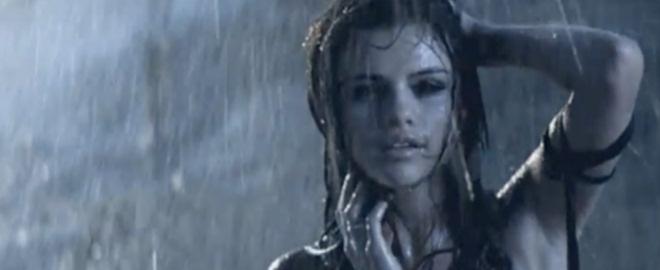 Selena gomez en el videoclip de a year without rain