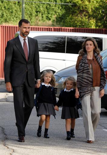 Letizia y felipe acompañan a leonor y sofia al colegio