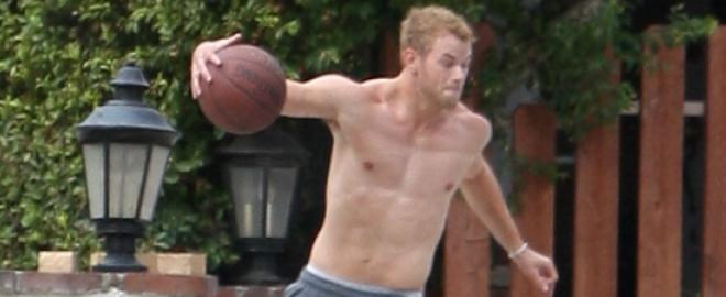 Kellan lutz jugando al basket sin camiseta