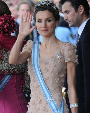 Letizia sigue sin estrenar la tiara valorada en 50.000 euros que le regaló el príncipe Felipe