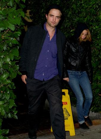 Robert Pattinson y Kristen Stewart saliendo de cenar