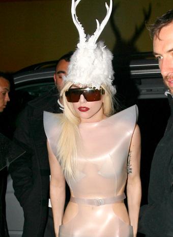 Lady Gaga con un sombrero de cuernos