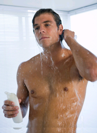 Hombre dándose una ducha