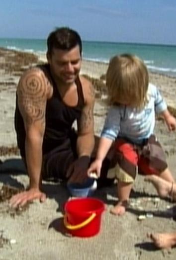 Ricky Martin en la playa con sus hijos