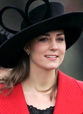 Kate Middleton con una pamela negra y abrigo rojo
