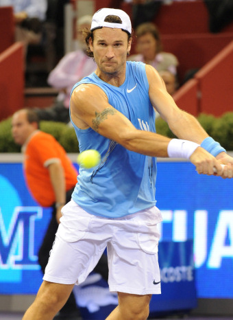 Carlos Moyá golpeando la raqueta