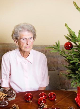 Mujer mayor sola en Navidad