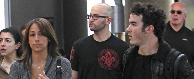 Kevin Jonas y su chica en el aeropuerto
