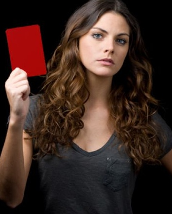 Amaia Salamanca saca tarjeta roja