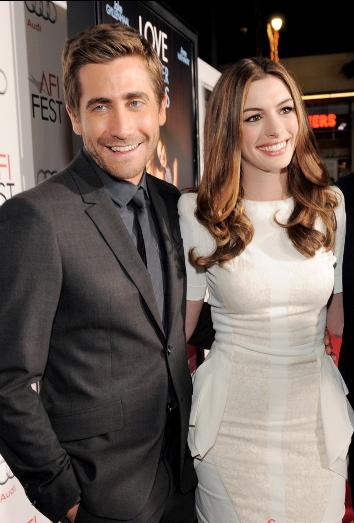 Jake Gyllenhaal y Anne Hathaway en la premier de la pelicula