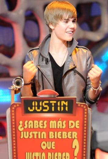 Justin haciendo un cubo de rubik