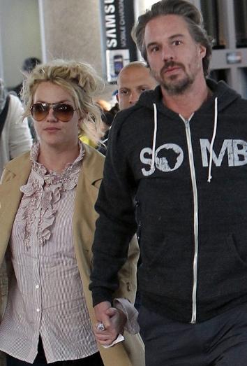 Britney Spears y su marido en el aeropuero