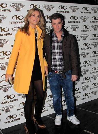 Fonsi Nieto y Alba Carrilo posan acaramelados en el cumpleaños del piloto